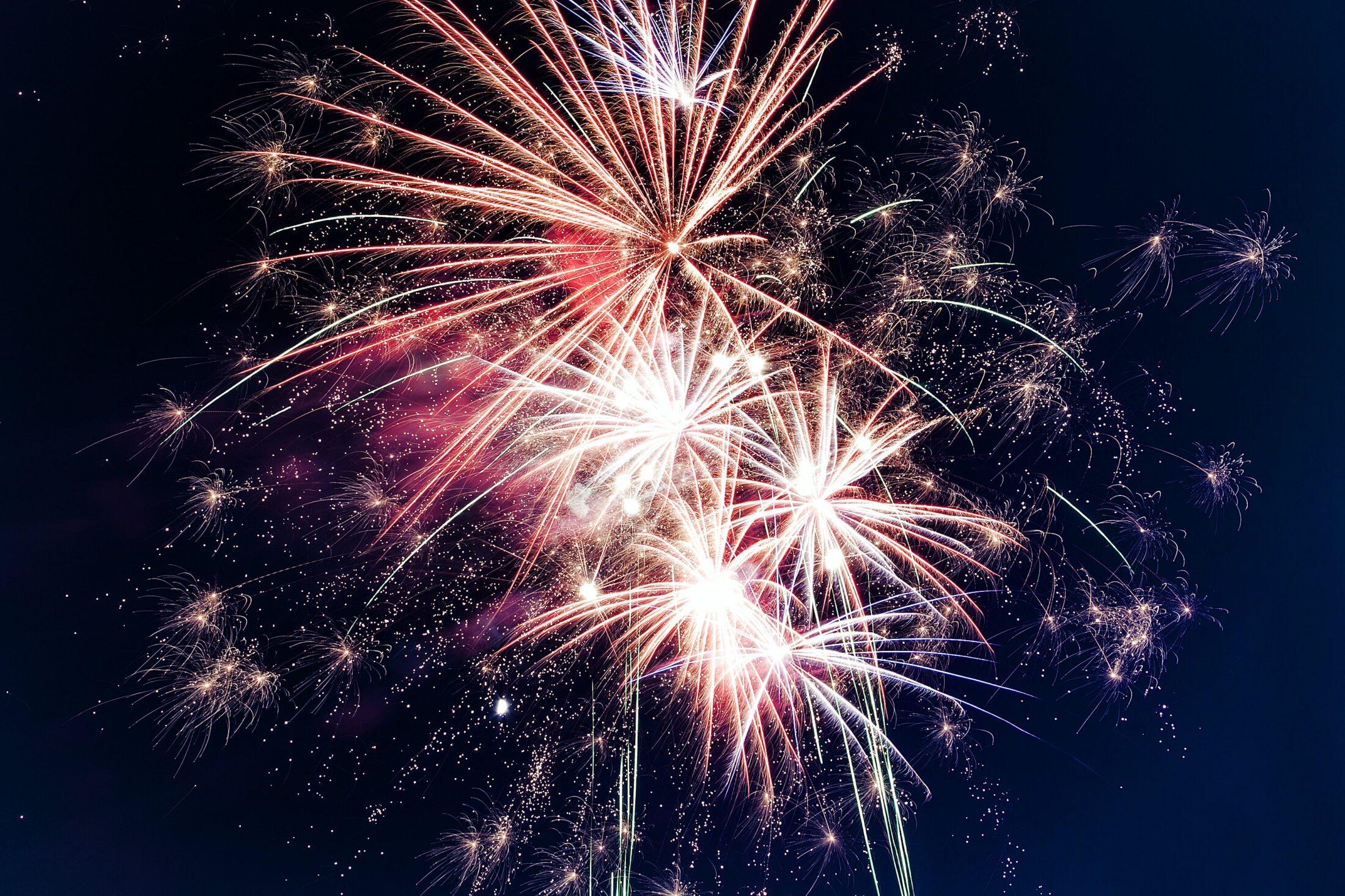 fogos de artifício explodindo no céu