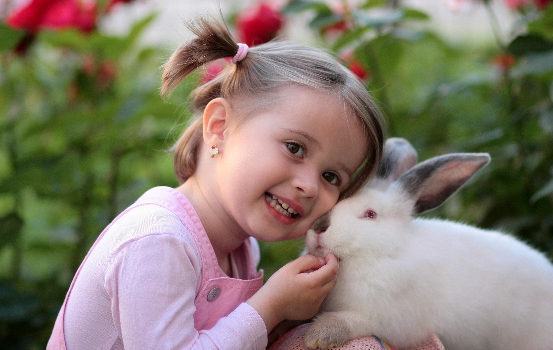 As crianças gostam de bicho de estimação como coelhos.
