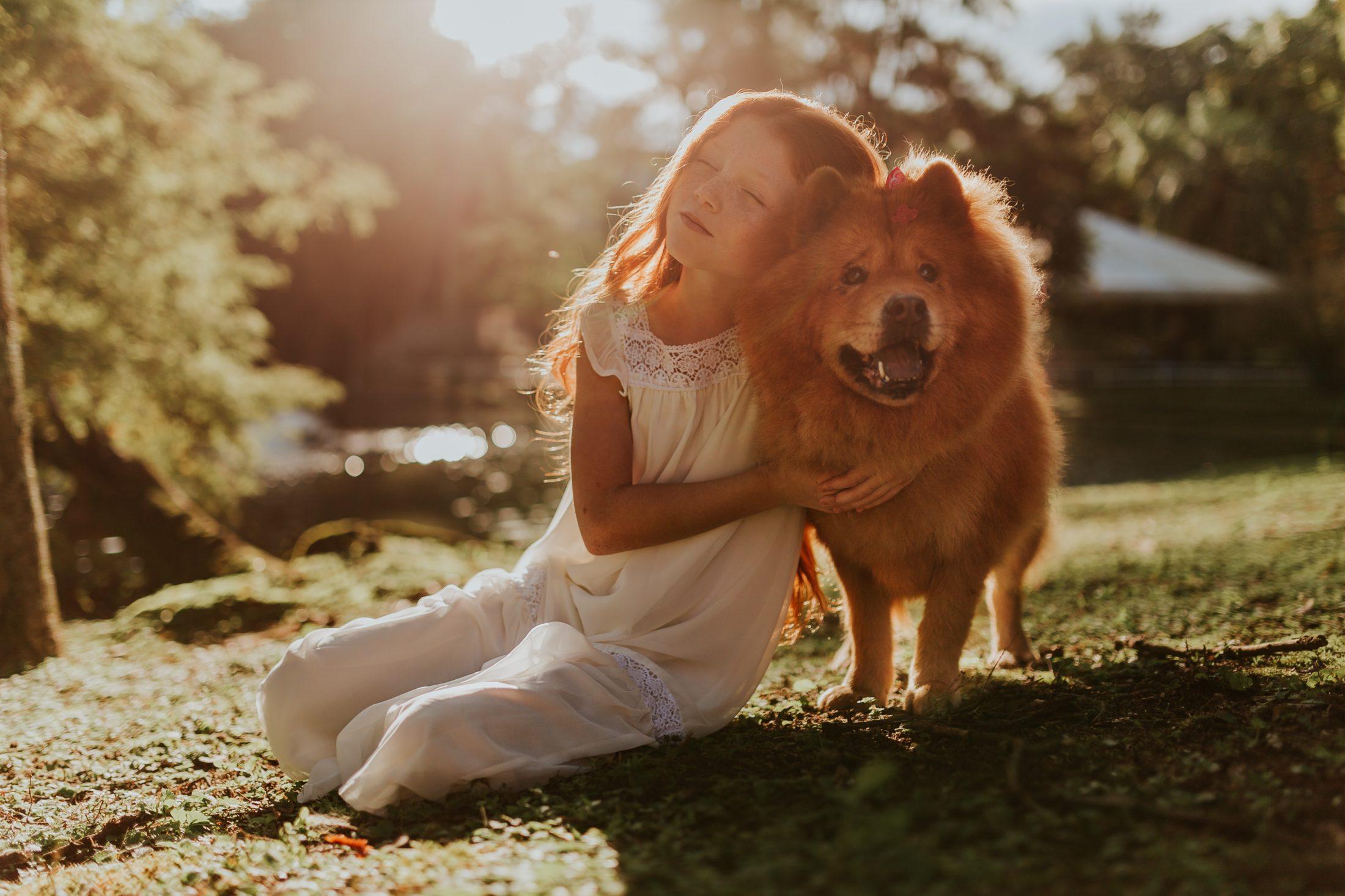 menina abraçado ao chow chow
