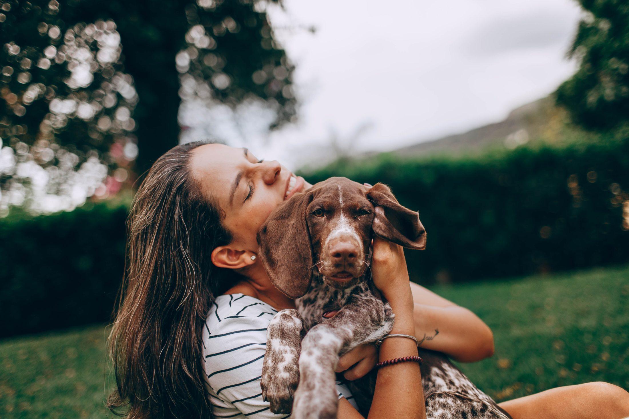 Amor de cachorro significa que ele fica alegre na tua presença.