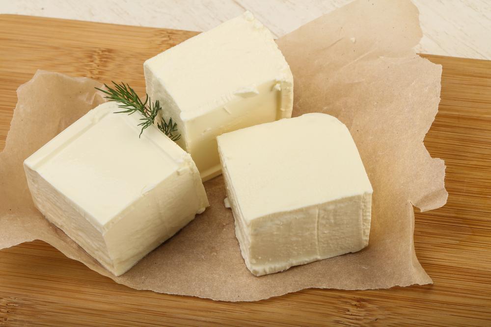 Alimentos que cachorro não pode comer: Cubos de queijo feta ou de cabra devem ser evitados pelos cachorros.