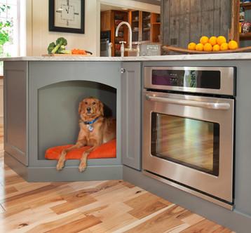 Casinha de cachorro incorporada à marcenaria da cozinha, debaixo da bancada.