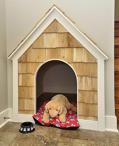 Casinha de cachorro no vão debaixo da escada.