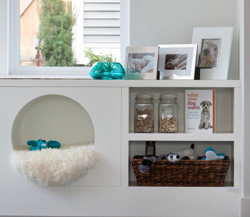 Casinha de cachorro incorporada ao design da sala de estar.
