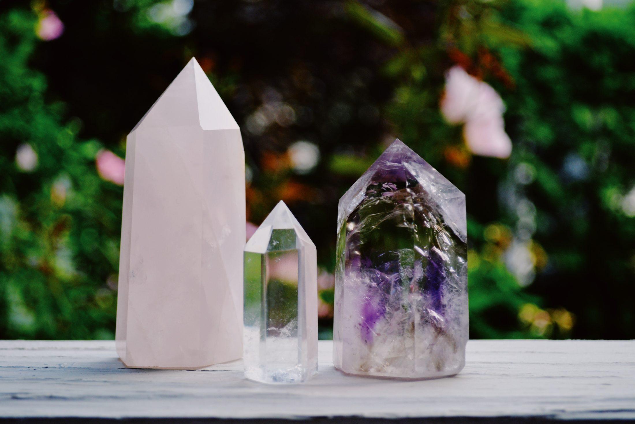 Tipos de cristais de cura para cachorro: ametista, quartzo rosa e transparente