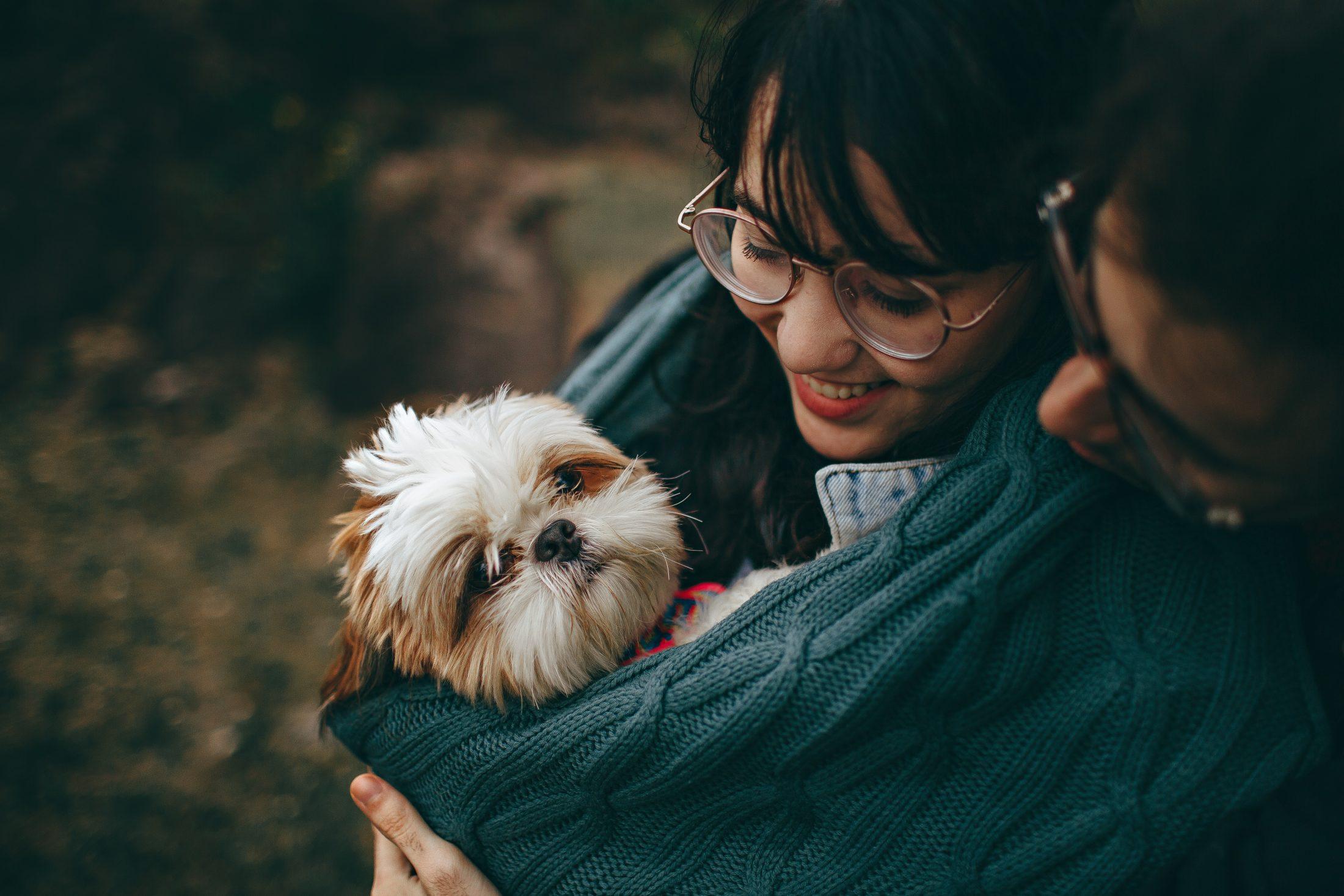 mulher com cachorro no sling