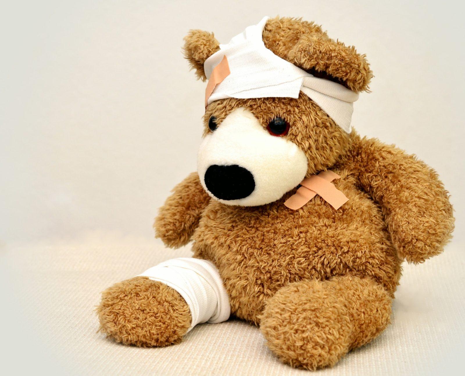 urso de pelúcia todo cheio de curativos